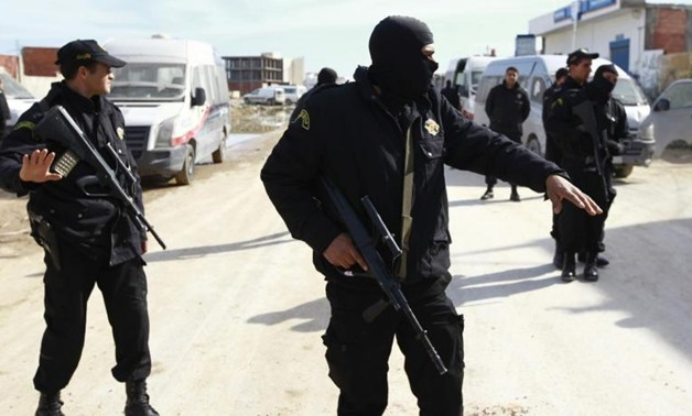 Tunisian police stand guard near a house in Raoued, a northern suburb of the capital Tunis, February 4, 2014 - REUTERS