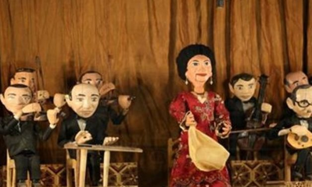 File : Umm Kulthum puppet performing in a concert.