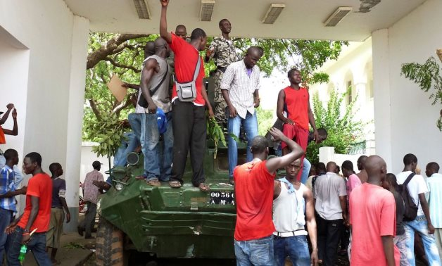 FILE PHOTO: Protesters occupy Mali's presidential palace in the capital Bamako, May 21, 2012.- Reuters