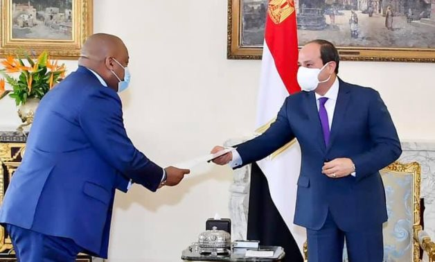 Jean-Claude Kabongo (L), special investment adviser to Congolese president Félix Tshisekedi delivers a message to Egyptian President Abdel-Fattah El-Sisi (R)- press photo