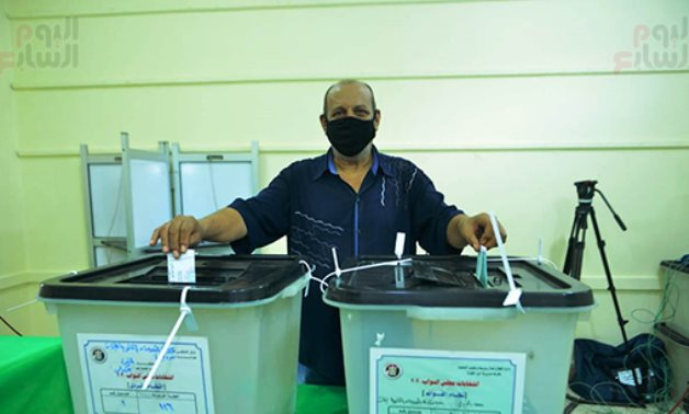 Man voting in 2020 House of Representatives elections in Giza on October 24, 2020. Egypt Today
