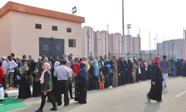 Long queues of voters outside a polling station in the city of Al Asmarat, Cairo, in the second phase of the 2020 House of Representatives election- Youm7 photo.