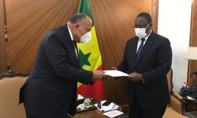 Egyptian Foreign Minister Sameh Shoukry (L) hands Sisi's message on GERD to Senegal's President Macky Sall - Egyptian Foreign Ministry