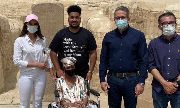 US US citizen Gloria, her family, Tourism Minister Khaled Anani, and CPYP members visit Giza Pyramids and Sphinx- press photo