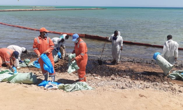 Operations continue to counter the oil pollution north of Red Sea's Hurghada city – Press photo