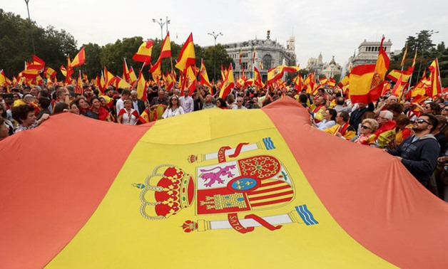 Demonstrators wave Spanish flags and shout in front of city hall during a demonstration in favor of a unified Spain a day before a banned October 1 independence referendum in Catalonia, in Madrid, Spain, September 30, 2017. REUTERS/Sergio Perez TPX