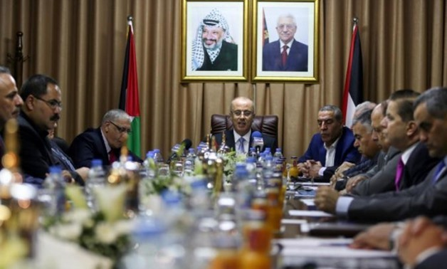 Palestinian Prime Minister Rami Hamdallah (C) chairs a cabinet meeting in Gaza City October 3, 2017 - REUTERS