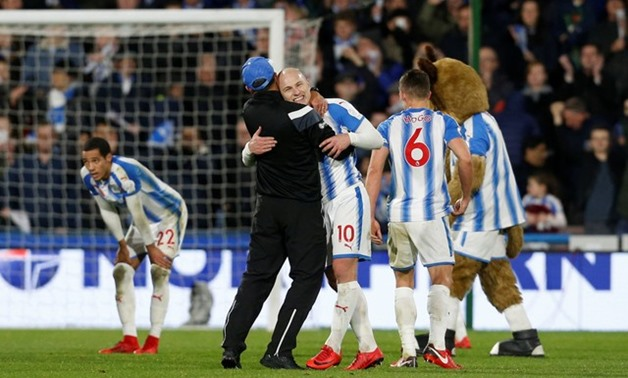 Premier League - Huddersfield Town vs West Bromwich Albion - John Smith's Stadium, Huddersfield, Britain - November 4, 2017 Huddersfield Town manager David Wagner celebrates with Aaron Mooy at the end of the match Action Images via Reuters