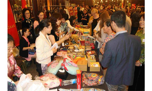 Customers flock into Asian countries displayed products at 2017 ADSA bazaar - Egypt Today/Ashraf Fawzy