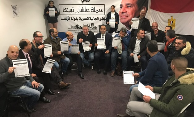 "Egyptian expats in France signing ""Alshan Tbneeha"" petition to support President Abdel Fatah al-Sisi for a second term in 2018 elections – Press photo"