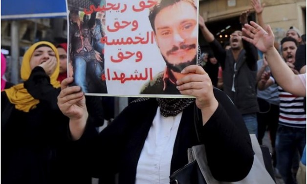 An Egyptian activist holds a poster calling for justice to be done in the case of the murdered Italian student Giulio Regeni -Cairo, Egypt, April 15, 2016. REUTERS/Mohamed Abd El Ghany