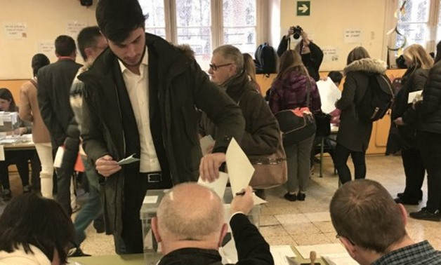© Ségolène Allemandou, FRANCE 24 | A voter submits his ballot paper during Catalonia's regional election on December 21.