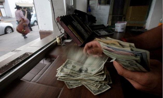 The employee of a currency exchange shop counts U.S. dollar banknotes, in Ciudad Juarez, Mexico November 10, 2017 - REUTERS-Jose Luis Gonzalez