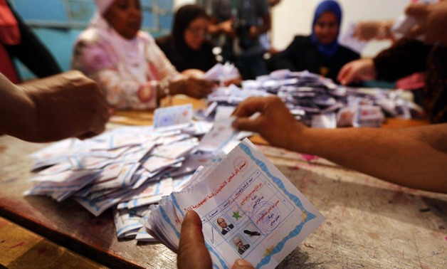 Electoral workers count ballots during the third day of voting in Egypt's presidential election at a polling station in Cairo May 28, 2014 - Press Photo
