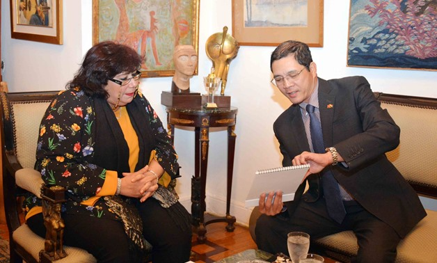 Inas Abdeldayem, minister of culture with Vietnam's ambassador in Cairo De Hwang Long, February 4, 2018 - Ministry of Culture