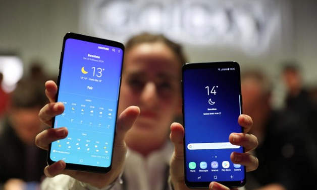 A hostess shows up Samsung's new S9 (R) and S9 Plus devices after a presentation ceremony at the Mobile World Congress in Barcelona, Spain February 25, 2018. REUTERS/Sergio Perez
