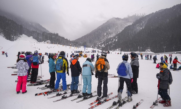 People wait at the Banderishka polyana ski resort on February 10, 2017 near Bansko.- AFP / NIKOLAY DOYCHINOV