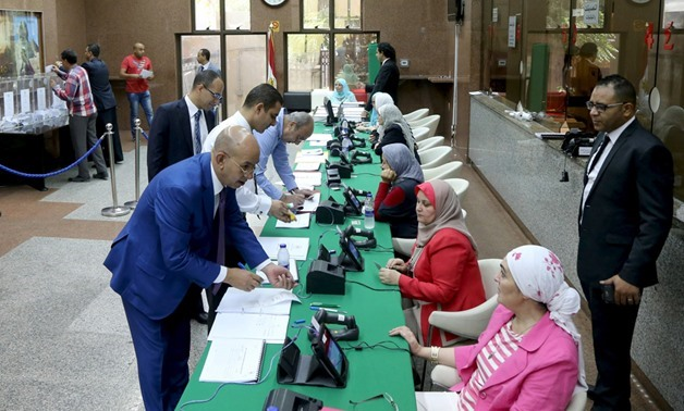 Egyptians living abroad (L) register their information to cast their votes during the first stage of Egypt's parliamentary election at the Egyptian consulate in Dubai, October 17, 2015 (Reuters)