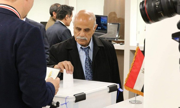 An Egyptian old man casts his vote in the presidential election in New York on Friday-Egypt Today