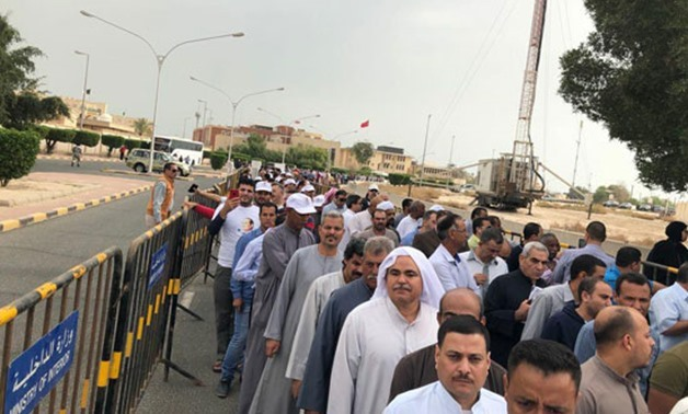 Egyptian community members in Kuwait lined up in long queues in front of the embassy waiting enthusiastically to cast their votes – Egypt Today
