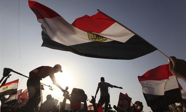 Egyptians holding Egypt's flag - Wikimedia Commons