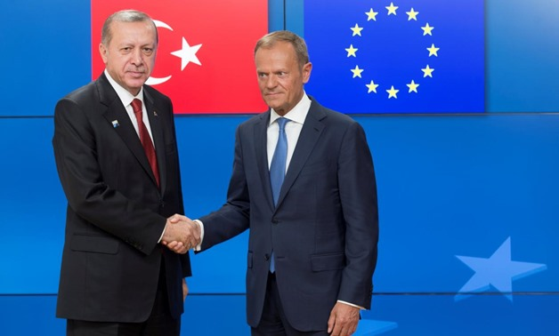 Turkish President Recep Tayyip Erdogan (L) shakes hands with European Council President Donald Tusk (R) in Brussels, Belgium, May 25, 2017. REUTERS/Oliver ...