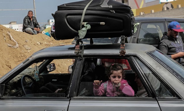 Palestinians gather at the Rafah border crossing as they wait to travel into Egypt after the passage was opened for three days for humanitarian cases, in the southern Gaza Strip April 12, 2018. / AFP / SAID KHATIB