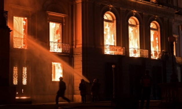 TOPSHOT - Firefighters work as a massive fire engulfs the National Museum in Rio de Janeiro, one of Brazil's oldest, on September 2, 2018. The cause of the fire was not yet known, according to local media. / AFP / Carl DE SOUZA