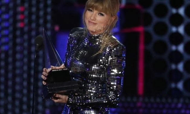 2018 American Music Awards - Photo Room - Los Angeles, California, U.S., 09/10/2018 - Taylor Swift accepts Artist of the Year. REUTERS/Mario Anzuoni.