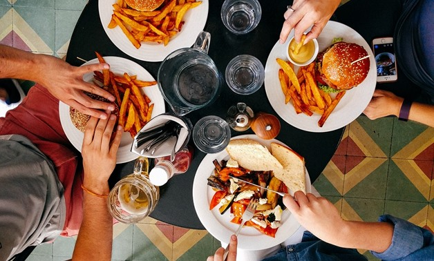 People eat in a restaurant - Cc via Pixabay