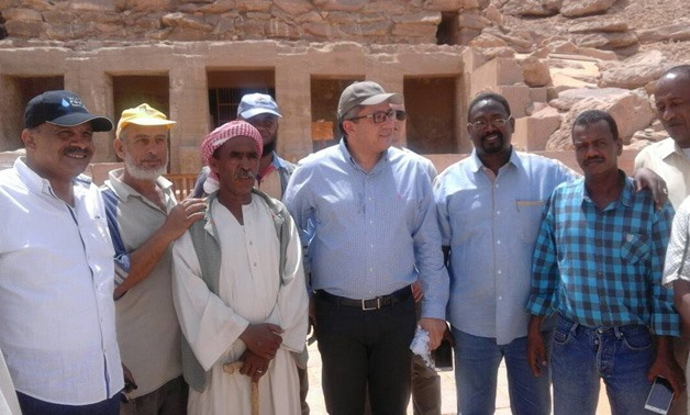 Minister of Antiquities with Nubian workers