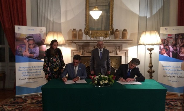 British Ambassador to Egypt Sir Geoffrey Adams (R) and UNICEF Representative in Egypt Bruno Maes (L) sign a three-year program to developeducation in Egypt in presence of Minister of Education Tarek Shawqi (C) at the headquarters of the UK embassy in Egyp