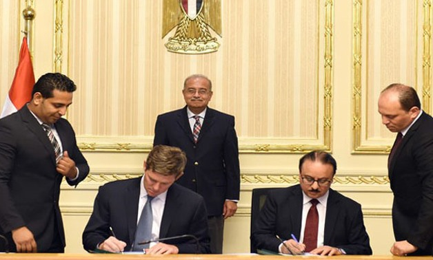 Minister of Communications Yasser Al-Qadi, Visa Inc. President Ryan McInerney signing MoU last week in Cairo - File photo
