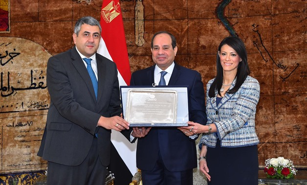 UNWTO Secretary General Zurab Pololikashvili (L) presented President Sisi (C) the organization's shield in presence of Egyptian Minister of Tourism Rania al-Mashat- Press photo