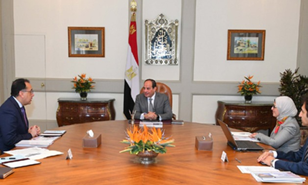 Egyptian President Abdel Fattah El-Sisi meeting with Prime Minister Mostafa Madbouly (L) and Health Minister Hala Zayed (R)