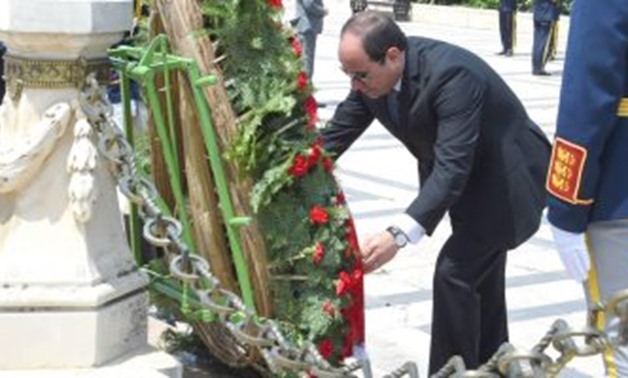 Sisi laid Wednesday a wreath at the Tomb of the Unknown Soldier in the Romanian capital, Bucharest - Press Photo