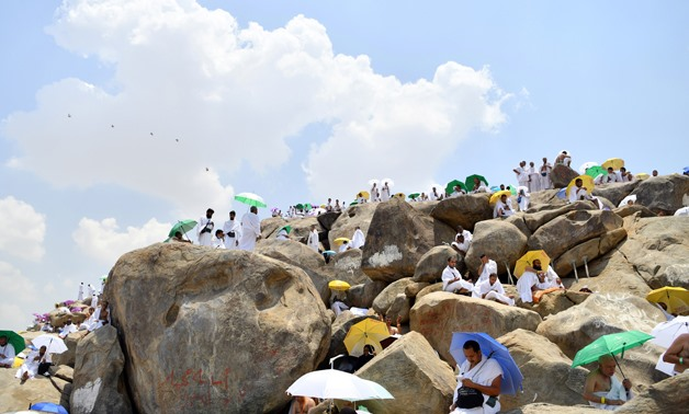 Muslim pilgrims, some holding parasols, pray on Mount of Mercy in Arafat ahead of the Eid al-Adha festival in the holy city of Mecca, Saudi Arabia August 10, 2019. REUTERS/Waleed Ali