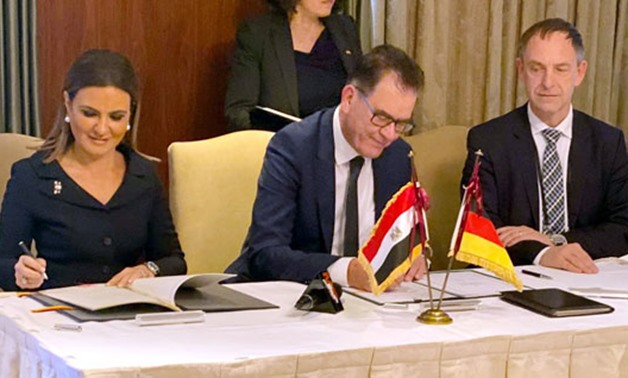 Minister of Investment Sahr Nasr and her German counterpart Gerd Müller singeing a €300 billion agreements in Berlin, 19 November 2019 - Press Photo