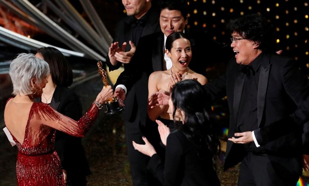 """Kwak Sin Ae and Bong Joon Ho win Oscar for Best Picture for """"Parasite"""" at the 92nd Academy Awards in Hollywood, Los Angeles, California, U.S., February 9, 2020. REUTERS/Mario Anzuoni"""