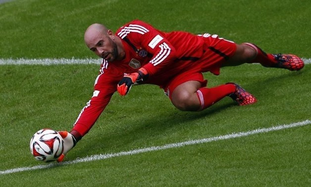 FC Bayern Munich's Pepe Reina dives for the ball during a training session at the Allianz Arena in Munich August 9, 2014. REUTERS/Michael Dalder
