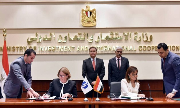 Minister of Investment Sahar Nasr signing agreement with Janet Heckman, EBRD's managing director - Press photo