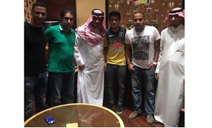 Mostafa Fathy with his agent and Al Taawon FC officials – Press image courtesy File photo