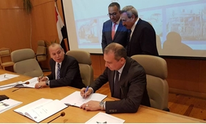 Signing of the slums development between Khaled Sediq head of Slums Development Fund and Ismail Taha governor of Damietta – Press Photo