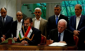 Head of Hamas delegation Saleh Arouri and Fatah leader Azzam Ahmad sign a reconciliation deal in Cairo, Egypt, October 12, 2017. REUTERS- Amr Abdallah Dalsh