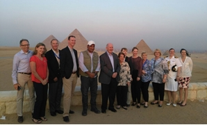 Peter Cosgrove together with work staff in front of the pyramids - File Photo