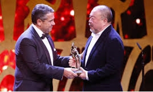 Artist Ai Weiwei receives the Bambi trophy from politican SIgmar Gabriel during the Bambi 2017 Awards ceremony in Berlin, Germany November 16, 2017 - REUTERS