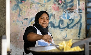 Um Amira frying potatoes at her cart in Downtown Cairo - Egypt Today/Ahmed Hussein
