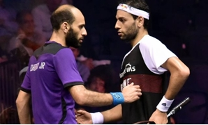 Marwan el-Shorbagy (Blue) in front of Mohamed el-Shorbagy (Black) – Courtesy of PSA World Tour website