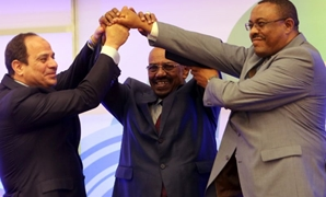 Egyptian President Abdel-Fattah al-Sisi (L), Sudanese President Omar al-Bashir (C) and Ethiopian PM Hailemariam Desalegn shake hands during a meeting in Khartoum on March 23, 2015, on Ethiopia's Grand Renaissance dam project (AFP Photo/Ashraf Shazly)