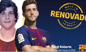 Sergi Roberto with Barcelona's jersey to renew his contract - Photo courtesy of Barcelona's official website